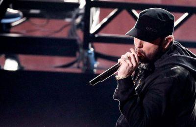Εκεί ο αστυνομικός Adam Hackstock κατέθεσε ότι ο Eminem που το πραγματικό του όνομα είναι Marshall Mathers ξύπνησε και βρήκε κάποιον να στέκει πάνω από το κρεβάτι του