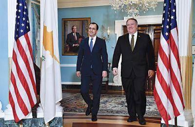 - Μάικ, μη βλέπεις μικρή την Κύπρο. Σε μπελάδες είμαστε και εμείς υπερδύναμη.