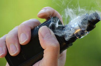 Oι ειδικοί προειδοποίησαν από την πρώτη στιγμή ότι ο κορωνοϊός εκμεταλλεύεται τις βλάβες που εμφανίζουν οι πνεύμονες καπνιστών τόσο συμβατικών όσο και ηλεκτρονικών τσιγάρων.