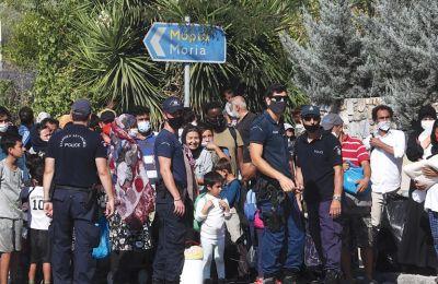 Αιτητές ασύλου αναζητούν νέο χώρο, μετά την καταστροφική πυρκαγιά που κατέστρεψε ολοσχερώς τον προσφυγικό καταυλισμό της Μόριας, στη Λέσβο.