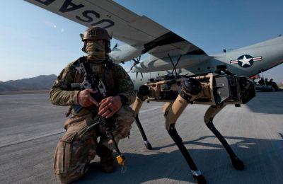 """«Οι """"σκυλοι"""" μας δίνουν μια καθαρή οπτική εικόνα της περιοχής, χωρίς να βάζουν τους στρατιώτες και του χειριστές τους σε κίνδυνο», σημειώνει ο Αρχιλοχίας Λι Μπόστον."""