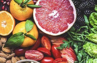 Τα αντιοξειδωτικά βρίσκονται κυρίως σε μια σειρά από τρόφιμα, ιδιαίτερα φρούτα και λαχανικά, τα οποία μπορούν να βοηθήσουν στην πρόληψη μιας σειράς ασθενειών