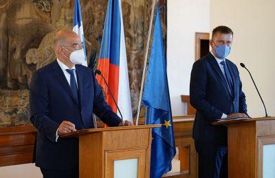 Ο Έλληνας Υπουργός Εξωτερικών Νίκος Δένδιας αμέσως μετά την συνάντηση του με τον Τσέχο ομόλογό του Τόμας Πέτριτσεκ.