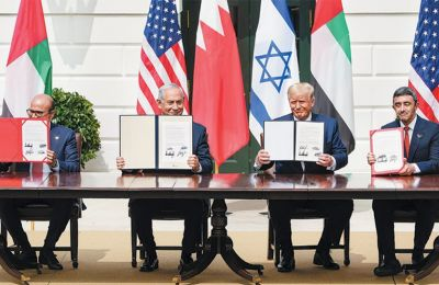 O υπουργός Εξωτερικών του Μπαχρέιν, ο πρωθυπουργός του Ισραήλ και ο υπουργός Εξωτερικών των ΗΑΕ (δεξιά) στην τελετή υπογραφής της συμφωνίας παρουσία του Αμερικανού προέδρου.