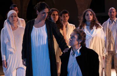 Η παράσταση προσπαθεί να αναδείξει, στο πλαίσιο μιας θεατρικής πράξης, την τεκμηριωμένη γνώση και αγάπη του Καβάφη για το θέατρο και τη δραματική τέχνη