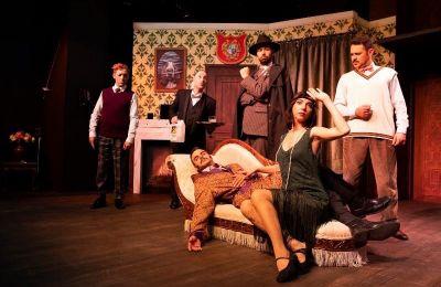 Το «Το έργο που πάει λάθος» είναι ένα «θεατρικό μέσα σε θεατρικό» στο οποίο  κυριολεκτικά τίποτε δεν πάει καλά