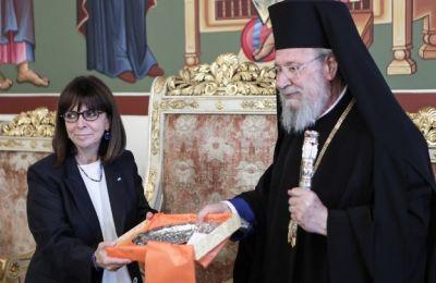 Η Πρόεδρος της Ελληνικής Δημοκρατίας πρόσφερε στον αρχιεπίσκοπο ασημένιο δίσκο από το Μουσείο Μπενάκη.