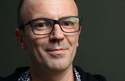 Δραστήριο μέλος της κινηματογραφικής κοινότητας, με μακρά διαδρομή πίσω από την κάμερα και διεθνείς διακρίσεις, ο Γιάννης Σακαρίδης ανέλαβε τα ηνία του φεστιβάλ σε μία δύσκολη συνθήκη