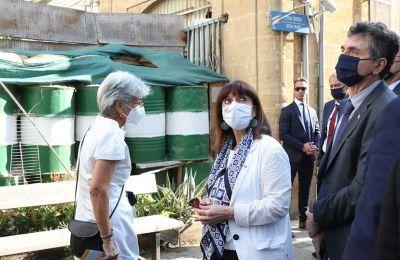 Η πρόεδρος της Ελληνικής Δημοκρατίας, κατά την επίσκεψή της, στο τέρμα της οδού Λήδρας, ξεναγήθηκε από την Τιτίνα Λοϊζίδου σε σημεία της γραμμής κατάπαυσης του πυρός.