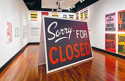 Την ίδια στιγμή που ο ΟΠΑΝΔΑ μας ενημερώνει για την αναστολή, μια νέα εικαστική έκθεση ξεκινάει στο Μουσείο Μπενάκη