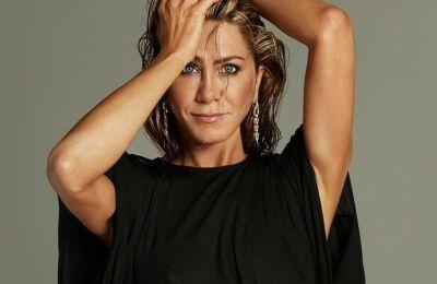 Η Jennifer Aniston στα βραβεία Emmys , βρέθηκε στο στούντιο με τον παρουσιαστή Jimmy Kimmel για να παρουσιάσει το βραβείο για τον Α' γυναικείο ρόλο σε κωμική σειρά