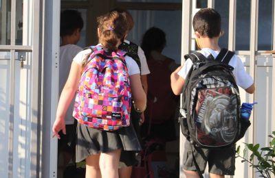 Η ΑΗΚ ήδη έχει προκηρύξει τον διαγωνισμό για την εγκατάσταση φωτοβολταϊκών σε 405 σχολεία, ενώ ο σχεδιασμός περιλαμβάνει και την υγροθερμομόνωση.