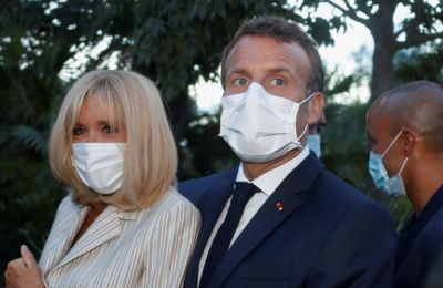 Η επίσημη φωτογράφος του Macron, Soazig de la Moissonnière απαθανάτισε το ζευγάρι μέσα στο προεδρικό αεροπλάνο σε μια στιγμή τους που δεν βλέπουμε συχνά