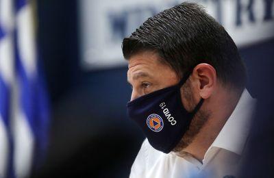 Σε ερώτηση δημοσιογράφου ποια άλλα μέτρα πιθανολογεί ότι μπορεί να εφαρμοστούν, ο κ. Χαρδαλιάς έφερε ως παράδειγμα τη χρήση μάσκας σε όλους τους χώρους.