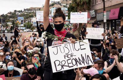 Αφού τέθηκε σε ισχύ η απαγόρευση της κυκλοφορίας που έχουν κηρύξει οι αρχές του Λούιβιλ, μία ομάδα 200 με 300 διαδηλωτών, που πραγματοποιούσαν πορεία μέσα στην πόλη επί ώρες