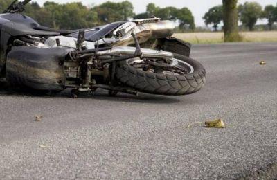 Στο σημείο έσπευσε ασθενοφόρο για την μεταφορά του 18χρονου μοτοσικλετιστή στο ΓΝ Λάρνακας, όπου νοσηλεύεται σε σοβαρή κατάσταση.