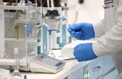 Τα εμβόλια της AstraZeneca και της J&J φέρουν ιικό φορτίο, ενώ της Moderna και της Pfizer είναι εμβόλια που βασίζονται στον αγγελιαφόρο RNA (mRNA)