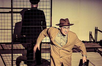 Σκηνή από τη θεατρική μεταφορά της ταινίας «Europa» του Λαρς φον Τρίερ, από τον σκηνοθέτη Κώστα Παπακωστόπουλο.