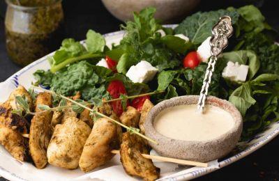 Νόστιμο, εύκολο και χρωματιστό πιάτο φτιαγμένο με τρυφερό κοτόπουλο πέστο και το δικό μας κυπριακό τυρί Χαλίτζι!