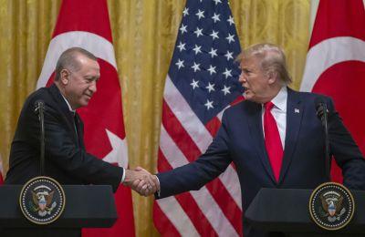 «Τα πάω πολύ καλά με τον Ερντογάν, παρότι υποτίθεται ότι δεν θα έπρεπε, γιατί όλοι μου λένε: Τι απαίσιος τύπος!». Πρόκειται για εξομολόγηση του Τραμπ στον  Μπομπ Γούντγουορντ.