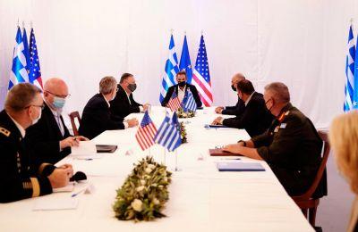 Οι κύριοι Μητσοτάκης και Πομπέο ξεναγήθηκαν και ενημερώθηκαν από τους διοικητές των δύο βάσεων της αμερικανικής και της ελληνικής