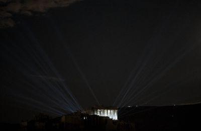 Η θέα του Ιερού Βράχου είναι ούτως ή άλλως εντυπωσιακή, αλλά οι δοκιμές του νέου φωτισμού έκαναν τις νύχτες να λάμπουν από περιέργεια και προσμονή