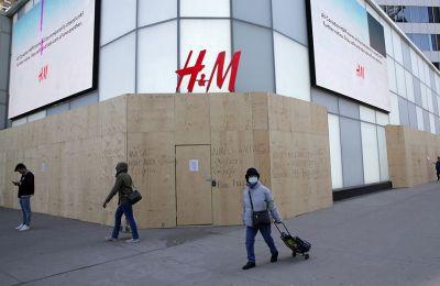 Η H&M απασχολεί περίπου 180.000 εργαζόμενους, εκ των οποίων τα 2/3 είναι γυναίκες.