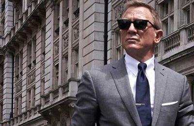 Οι θαυμαστές της σειράς μπορούν να κάνουν κράτηση για την Απόλυτη Εμπειρία James Bond, που αποτελείται από ιδιωτικές βίλες, εξοχικές κατοικίες και να ζήσουν κατασκοπευτικές φαντασιώσεις