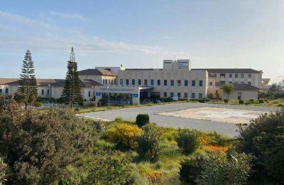 Στο Κέντρο Αποκατάστασης Eden Resort, στην Τερσεφάνου, φιλοξενούνται 56 άτομα, τα οποία θα παραμείνουν μέχρι την πλήρη αρνητικοποίησή τους.