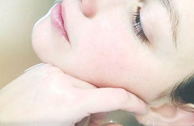 Ο λόγος που η Nayamka προτείνει το πλύσιμο προσώπου για ένα συνεχόμενο λεπτό, είναι για να αφήσουμε τα καθαριστικά συστατικά να διεισδύσουν πραγματικά στο δέρμα μας