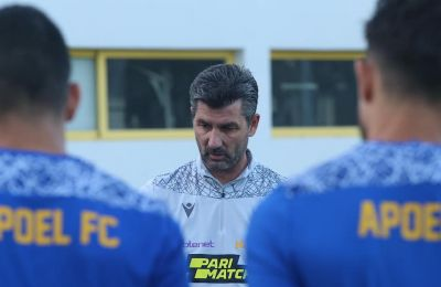 Ο Μαρίνος Ουζουνίδης μιλά στους παίκτες