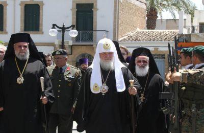 Ο Πατριάρχης Μόσχας Κύριλλος με τον Αρχιεπίσκοπο Χρυσόστομο κατά την επίσκεψή του στην Κύπρο