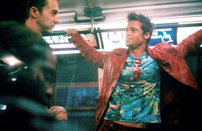 Ο Εντουαρντ Νόρτον με τον Μπραντ Πιτ σε σκηνή από το «Fight Club». Το δερμάτινο τζάκετ του δεύτερου ίσως πιάσει μέχρι 33.000 ευρώ σε δημοπρασία της Prop Store