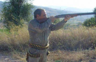 Όλοι οι κυνηγοί πρέπει να έχουν απαραίτητα μαζί τους την σχετική ανανεωμένη άδεια κυνηγίου.