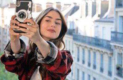 Να σημειώσουμε πως ενώ η «Emily in Paris» βλέπει τα αρνητικά σχόλια ως ευκαιρία για βελτίωση, αρκετά από τα μέλη της σειράς συμφωνούν πως πράγματι η προσέγγιση στην γαλλική κουλτούρα είναι λανθασμένη