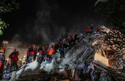 Μία γυναίκα και τρία παιδιά ανασύρθηκαν ζωντανοί από τα χαλάσματα στην Τουρκία