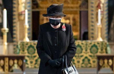 Η 94χρονη επέλεξε μια μαύρη μάσκα με λευκό περίγραμμα και η οποία σύμφωνα με τα ξένα ΜΜΕ κατασκευάστηκε από την ενδυματολόγο της βασίλισσας, Angela Kelly