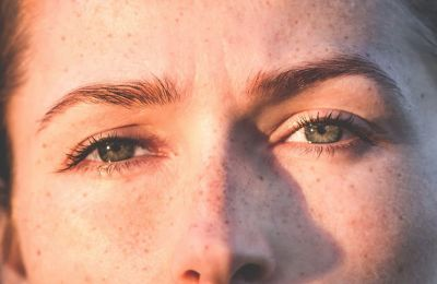Οι ανοιχτές, παστέλ ή με shimmer σκιές είναι σχεδόν απαγορευτικές πάνω στα βλέφαρά σας. Αντιθέτως, οι σκούρες σκιές και οι γήινες αποχρώσεις, θα φέρουν το επιθυμητό αποτέλεσμα