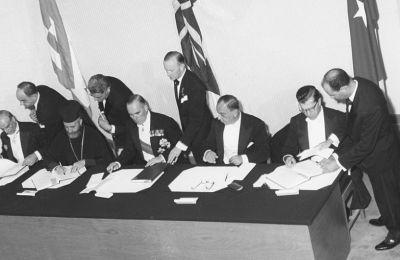 Στη Νέα Υόρκη, ο υπουργός Εξωτερικών της Τουρκίας, Φατίν Ζορλού, προσέγγισε τον Έλληνα ομόλογό του Ευάγγελο Αβέρωφ για έναρξη διμερών διαπραγματεύσεων.