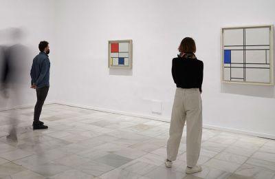 Στιγμιότυπο από την έκθεση στο Reina Sofia. Από αριστερά προς τα δεξιά: Piet Mondrian, «Lozenge Compοsition with Eight Lines and Red (Picture No III)»