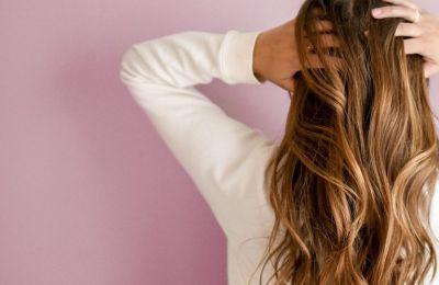 Η λιπαρότητα των μαλλιών μπορεί να είναι κληρονομική, αλλά επίσης να δημιουργείτε και από άλλους παράγοντες όπως ορμονικές διαταραχές, το στρες και τη διατροφή