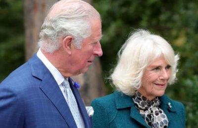 Σε μια εικόνα που αναρτήθηκε στο Twitter και στην οποία βλέπουμε την δούκισσα της Κορνουάλης να μιλάει με το προσωπικό μιας φιλανθρωπικής οργάνωσης
