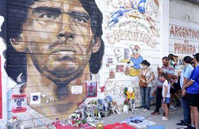 Ο ποδοσφαιρικός πλανήτης και περίπου ένα εκατομμύριο Αργεντινών αποχαιρέτισαν χθες τον Ντιέγκο Μαραντόνα, η σορός του οποίου είχε τεθεί σε λαϊκό προσκύνημα στο Μπουένος Αϊρες.