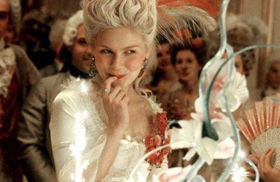 Marie Antoinette - Ίσως η πιο διαβόητη royal, η Μαρία Αντουανέτα (που υποδύεται η Kirsten Dunst) παντρεύτηκε τον βασιλιά της Γαλλίας και ζούσε με ένα εξωφρενικά χλιδάτο τρόπο ζωής