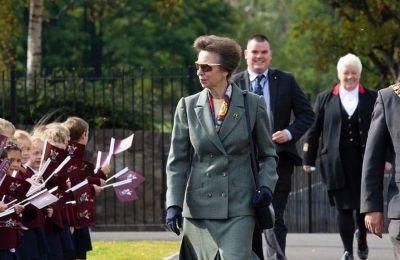 Η Anne παραπονιέται ότι συγκρίνεται συνεχώς με την Diana στον τύπο, δεδομένου ότι είναι οι μόνες δύο νεαρές γυναίκες μέλη της βασιλικής οικογένειας