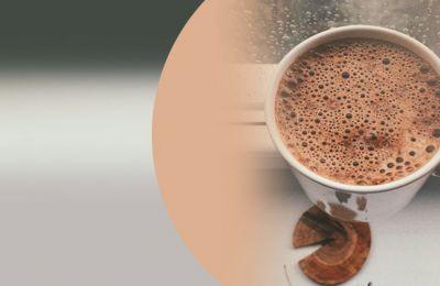Αυτά τα Χριστούγεννα θα είναι διαφορετικά, δεν αντιλέγουμε, ωστόσο δεν πρέπει να χαλάμε τη διάθεσή μας έτσι σας ετοιμάσαμε μια πεντανόστιμη συνταγή, για να φτιάξετε την πιο λαχταριστή ζεστή σοκολάτα
