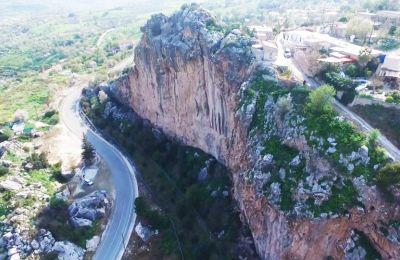 Με ύψος 70 μέτρα και μήκος 250 τον καθιστούν τον μεγαλύτερο μονόλιθο όγκο της Κύπρου.
