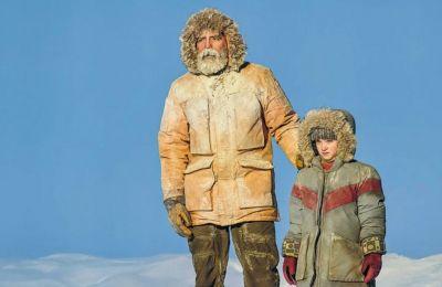 Βρισκόμαστε στο 2049 και ο Κλούνεϊ υποδύεται τον Ογκαστιν, έναν άρρωστο επιστήμονα ο οποίος ξεμένει σε κάποιο διαστημικό παρατηρητήριο της Αρκτικής, ενώ πλησιάζει μια απροσδιόριστη καταστροφή