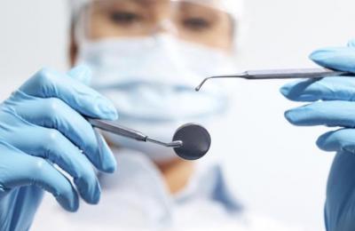 Οι οδοντιατρικές θεραπείες μπορούν να δημιουργήσουν αυξημένο κίνδυνο μετάδοσης του ιού λόγω των σταγονιδίων σάλιου που εκλύονται στον αέρα.
