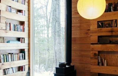 Είναι ένας παράδεισος για τους λάτρεις των βιβλίων αφού οι τοίχοι είναι γεμάτοι με ράφια με βιβλία, με κρεβάτι και ξυλόσομπα, και είναι διαθέσιμος για ενοικίαση στο AirBnB